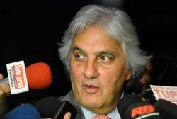 O líder do governo no Senado, Delcídio do Amaral, fala à imprensa no Congresso Nacional (Wilson Dias/Agência Brasil)