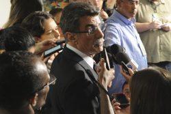 O relator-geral do Orçamento, Romero Jucá (PMDB-RR), fala à imprensa