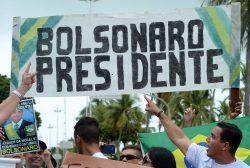 PE - 1º DE MAIO/BOLSONARO/RECIFE - GERAL - Manifestantes a favor de Jair Bolsonaro realizaram ato neste domingo 1º de Maio, Dia do Trabalhador, na praia de Boa Viagem. 01/05/2016 - Foto: PAULO UCHôA/LEIAJÁIMAGENS/ESTADÃO CONTEÚDO