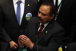 DF - IMPEACHMENT/CÂMARA/VOTAÇÃO - POLÍTICA - O deputado Waldir Maranhão (PP-MA)(d)   vota não ao impeachment, tendo ao lado   o presidente da Câmara, Eduardo Cunha   (PMDB-RJ)(e), durante sessão para   votação do processo de impeachment da   presidente Dilma Rousseff no plenário   da Casa, em Brasília, na tarde deste   domingo, 17.     17/04/2016 - Foto: ANDRÉ DUSEK/ESTADÃO CONTEÚDO