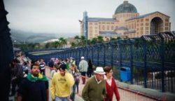 fieis_visitam_a_basilica_do_santuario_de_nossa_senhora_aparecida