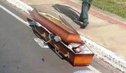 ladroes-roubam-carro-que-transportava-caixao-e-deixam-corpo-na-pista