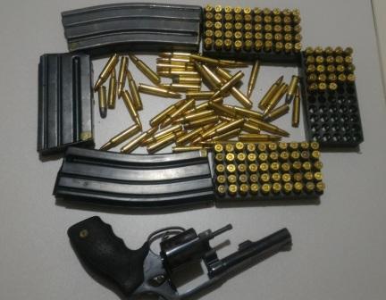 0741021e0c Policiais militares da Companhia Independente de Policiamento Especializado  (Cipe) Cerrado e do pelotão destacado da 84ª CIPM prenderam um homem com 40  ...