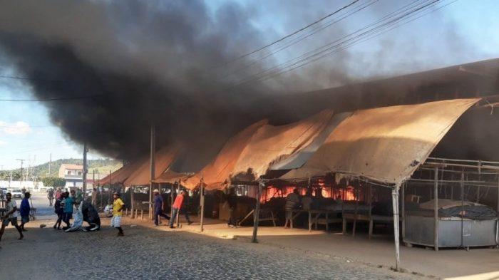 22dfc0e9e4c4 O Centro de Abastecimento da Cidade de Ipiaú, no interior da Bahia, foi  atingido por chamas, na segunda-feira 15/7. Segundo informações do Corpo de  ...
